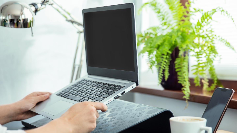ảnh của ai đó đang sử dụng giá đỡ máy tính xách tay