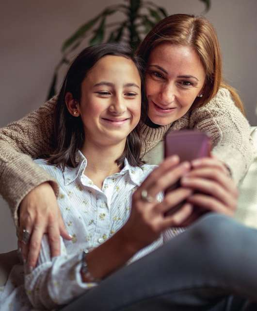mom-watching-daughter-use-social-media-safely