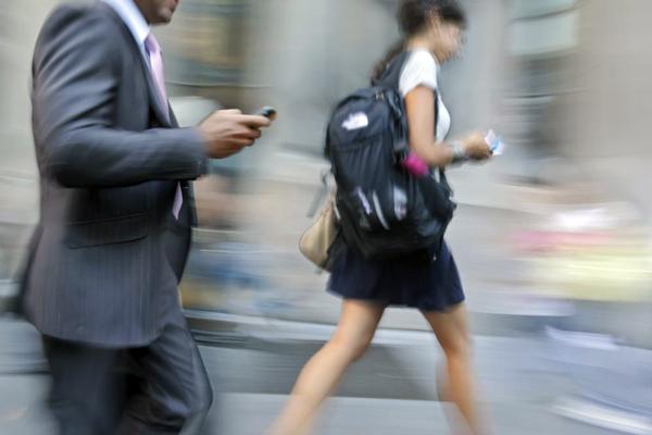 Personas hablando por el móvil