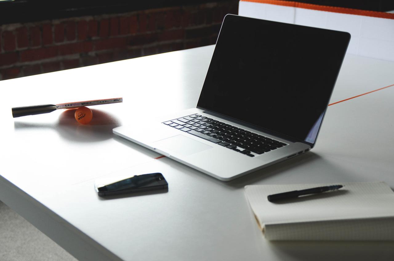 ordenador en la mesa