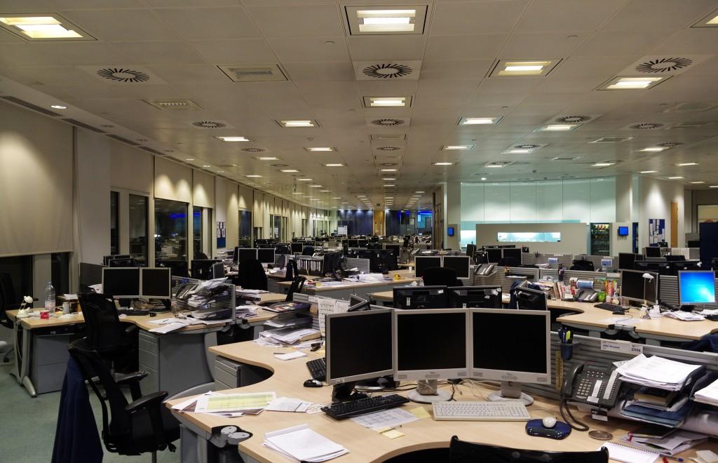 oficina con ordenadores