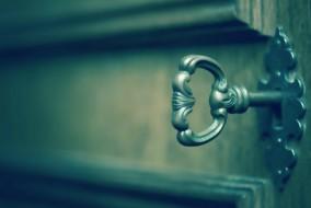 llave cierra puerta